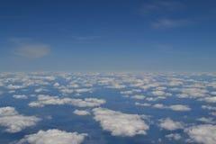 Viaggiando dall'aria Vista attraverso una finestra dell'aeroplano Cirrus e cumuli e poca turbolenza, mostranti il ` s della terra Immagini Stock Libere da Diritti