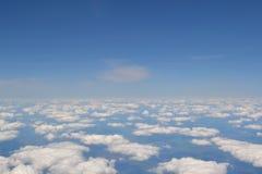 Viaggiando dall'aria Vista attraverso una finestra dell'aeroplano Cirrus e cumuli e poca turbolenza, mostranti il ` s della terra Fotografie Stock