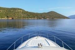 Viaggiando dalla baia di Antisamos dell'yacht, isola di Kefalonia, mare ionico, Grecia immagine stock