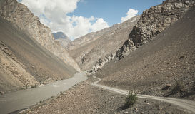 Viaggiando in motociclo sulla valle di Bartang del Tagikistan Fotografie Stock