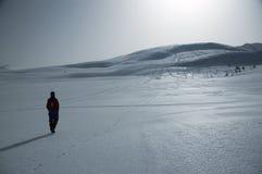 Viaggiando nel mounta nevoso Immagine Stock