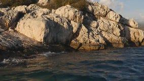 Viaggiando sulla barca fra rocsk sul mare archivi video
