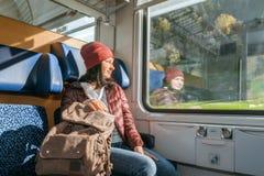 Viaggiando in treno alla ferrovia alpina Immagine Stock