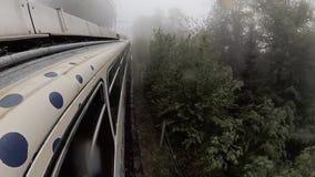 Viaggiando in treno in montagne della Svizzera archivi video