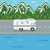 Viaggiando in un veicolo ricreativo su una strada della montagna Immagini Stock