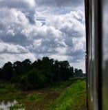 Viaggiando vista tailandese e rurale dalla finestra del treno Fotografia Stock