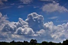 Viaggiando vista tailandese e rurale dalla finestra del treno sulle nuvole piacevoli nel cielo Fotografia Stock