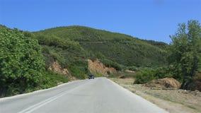Viaggiano le strade della penisola di Sithonia stock footage