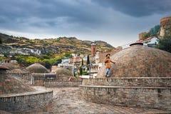 Viaggiatore al distretto di Abanotubani di Tbilisi fotografia stock