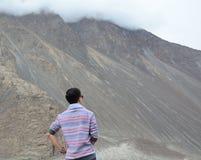 Viaggiatore asiatico che gode del Mountain View immagine stock libera da diritti