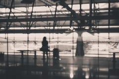 Viaggiatore asiatico della donna che si siede nell'aeroporto, concetto di stile di vita, mentre aspettando il suo volo Fotografie Stock Libere da Diritti
