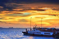 Viaggiatore aspettante della barca di viaggio a Sriracha, Chonburi, Tailandia Fotografia Stock Libera da Diritti