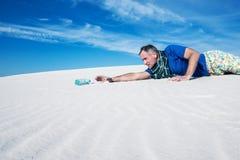 Viaggiatore assetato perso nel deserto Fotografia Stock