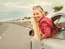 Viaggiatore automatico della giovane donna sulla strada principale Immagine Stock