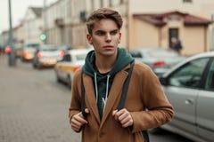 Viaggiatore bello del giovane in un cappotto d'annata alla moda con fotografie stock libere da diritti