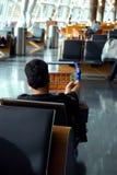 Viaggiatore che attende nel salotto Fotografie Stock Libere da Diritti