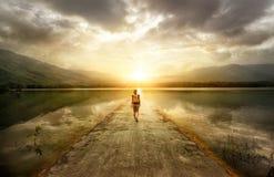 Viaggiatore che cammina lungo la strada alle montagne fotografie stock libere da diritti