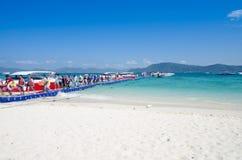 Viaggiatore che cammina sul ponte della scatola di plastica all'isola di corallo Fotografie Stock