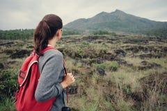 Viaggiatore che esamina lontano il vulcano Immagini Stock