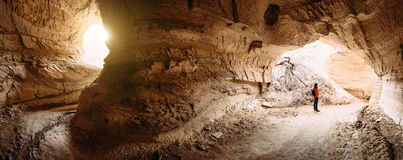 Viaggiatore che esplora le caverne dell'arenaria di Cappadocia Fotografia Stock Libera da Diritti