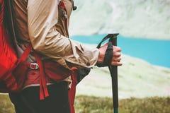 Viaggiatore che fa un'escursione nel lago blu Fotografia Stock Libera da Diritti