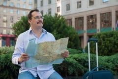 Viaggiatore che guarda il modo sulla mappa Fotografie Stock