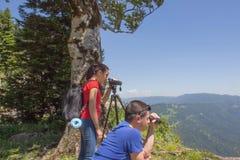 Viaggiatore che guarda la natura dall'alta montagna con portata di macchia Immagini Stock Libere da Diritti