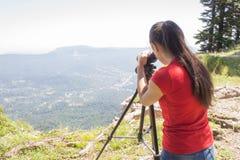 Viaggiatore che guarda la natura dall'alta montagna con portata di macchia Immagini Stock