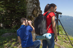 Viaggiatore che guarda la natura dall'alta montagna con portata di macchia Fotografia Stock