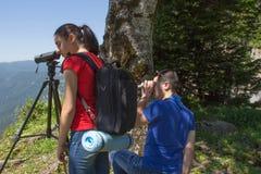 Viaggiatore che guarda la natura dall'alta montagna con portata di macchia Fotografia Stock Libera da Diritti