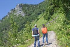 Viaggiatore che guarda la natura dall'alta montagna con portata di macchia, treppiede del binocolo Fotografia Stock