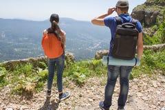 Viaggiatore che guarda la natura dall'alta montagna con portata di macchia, treppiede del binocolo Fotografia Stock Libera da Diritti