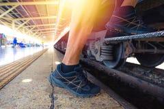 Viaggiatore che sale un treno; chiuda sulla vista delle scarpe immagini stock