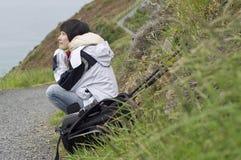 Viaggiatore che si distende al pendio di collina fotografie stock libere da diritti