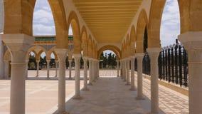 Viaggiatore che sta alle colonne nel mausoleo di Bourguiba in Monastir, Tunisia archivi video