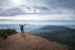 Viaggiatore che sta sulla cima di Doi Monjong Fotografie Stock