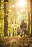 Viaggiatore con esperienza del lotto Spirito di avventurismo Padre con la valigia ed suo figlio Tempo della famiglia Avventura co immagini stock