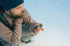 Viaggiatore con la bussola nella foresta di inverno Fotografia Stock