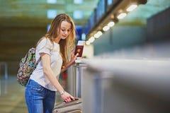 Viaggiatore con lo zaino in aeroporto internazionale al contatore di registrazione Fotografie Stock Libere da Diritti