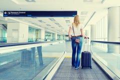 Viaggiatore con una valigia Immagini Stock