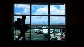 Viaggiatore con zaino e sacco a pelo all'aeroporto Fotografia Stock Libera da Diritti