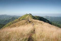 Viaggiatore con zaino e sacco a pelo alla cima della montagna in Tailandia Immagine Stock Libera da Diritti
