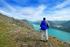 Viaggiatore con zaino e sacco a pelo alla cresta di Besseggen al parco nazionale di Jotunheimen immagine stock