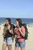Viaggiatore con zaino e sacco a pelo che arriva sulla spiaggia Fotografia Stock