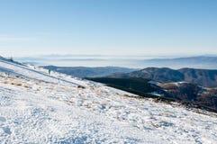 Viaggiatore con zaino e sacco a pelo che cammina sulla montagna Fotografia Stock