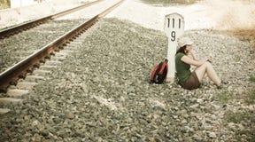 Viaggiatore con zaino e sacco a pelo che cattura un freno nell'ombra Immagine Stock Libera da Diritti