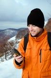 Viaggiatore con zaino e sacco a pelo che esamina GPS Immagine Stock Libera da Diritti