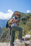 Viaggiatore con zaino e sacco a pelo che esplora Inca Trail ripido di Machu Picchu, la destinazione di viaggio visitata nel Perù  fotografia stock