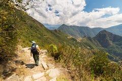 Viaggiatore con zaino e sacco a pelo che esplora le tracce di Machu Picchu, Perù Immagine Stock
