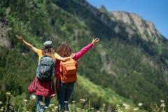 Viaggiatore con zaino e sacco a pelo che fa un'escursione concetto di viaggio di viaggio con gli amici immagine stock libera da diritti
